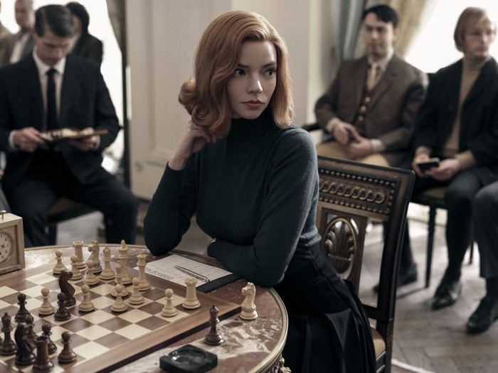 Beth Harmon, the protagonist of Netflix's The Queen's Gambit, set in the 1960s. The show tells the story of a young chess prodigy with a difficult life and accompanies her as she seeks to become the best chess player in the world. This 2020 production has been called one of the most important series of this past year and won multiple awards including the Golden Globe Award for Best Miniseries or Television Film.